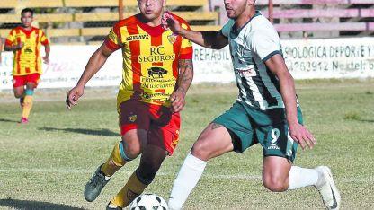 Nasif (9) superó a Miranda y convertirá el primer gol de la tarde para Chacras.