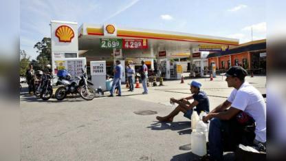 Una Shell en San Pablo, sin nafta, con la gente esperando para cargar.