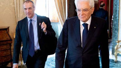 El designado Cottarelli (izq.) y el presidente Mattarella.