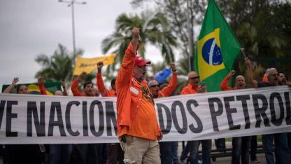 Trabajadores de la refinería Complex, en Duque de Caxias, Río de Janeiro, dejaron de producir y copan la entrada del predio.