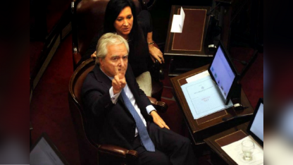 """¿Pro peronista? El macrista Federico Pinedo hace la """"V"""" en una sesión a pedir de boca del PJ."""