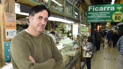 Alejandro Ficarra forma parte de la cuarta generación que administra el negocio del Mercado Central.