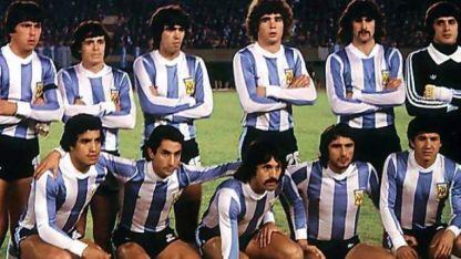 Los once del debut. Passarella, Houseman, Olguín, Tarantini, Kempes y Fillol. Abajo: Gallego, Ardiles, Luque, Valencia y Galván.