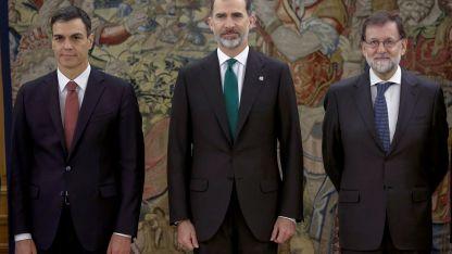 Pedro Sánchez (53) prometió servir a la Constitución española. A su lado, el rey Felipe VI, el depuesto Rajoy y autoridades.
