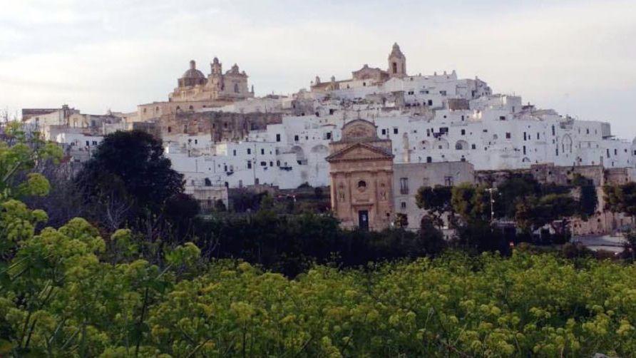 Ostuni, la ciudad blanca sobre las colinas y con olivos milenarios