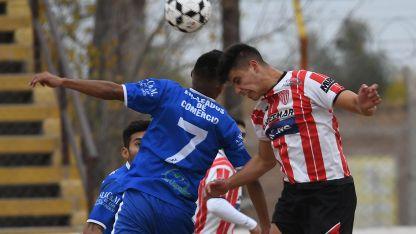 Cortés (7), del CEC, y Buenanueva, del León, saltan a cabecear el balón.