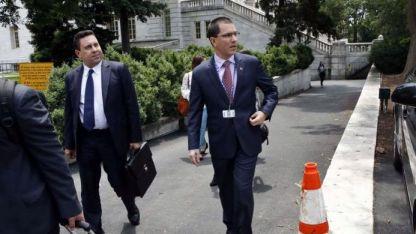 El canciller venezolano Jorge Arreaza (der.) deja la sede de la OEA en Washington.