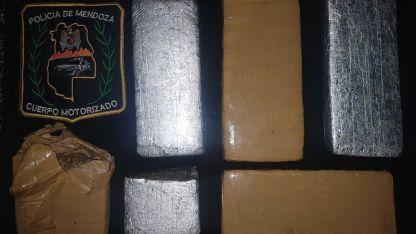Los cuatro ladrillos y dos trozos compactados de marihuana hallados.
