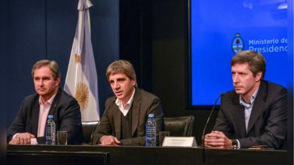 El ministro de Finanzas Luis Caputo (al centro), en la reunión con operadores del mercado.