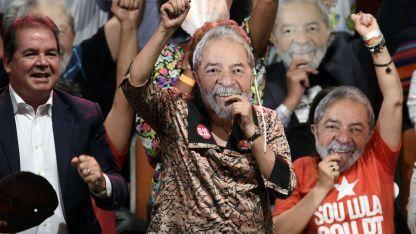 Miles de seguidores, con Rousseff usando su máscara, apoyaron a Lula en Minas Gerais.