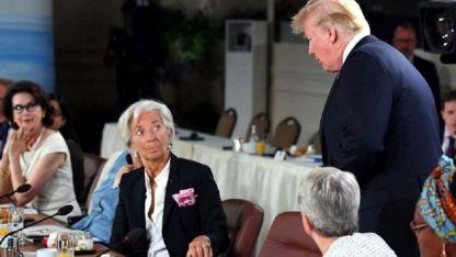 El presidente de EEUU saluda a la líder del FMI, Christine Lagarde, al partir de la Cumbre.