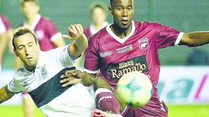 Zules Caicedo (der.) es un marcador central muy fuerte en el juego físico.