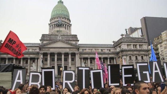 Vigilia nacional: pañuelazo en favor del aborto y banderazo por mantenerlo penalizado