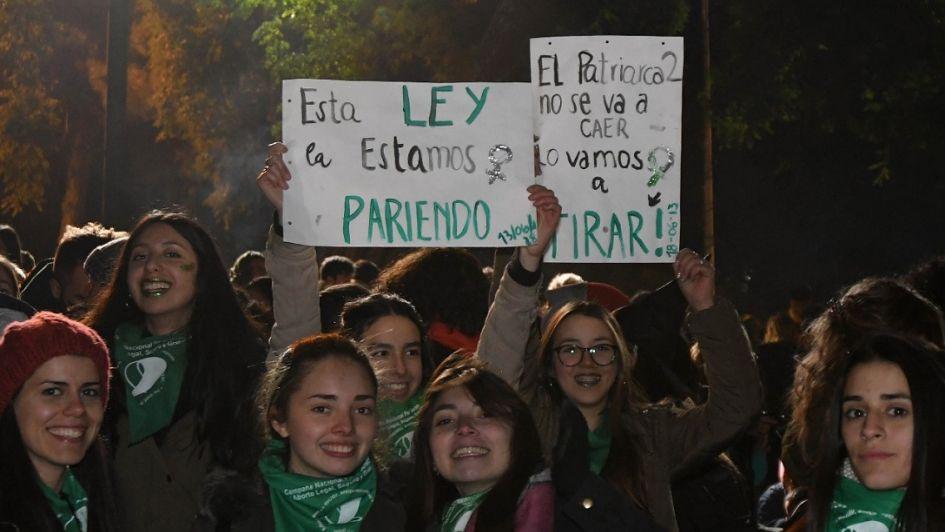 Vigilia en Mendoza: manifestantes a favor y en contra del aborto rodearon la Legislatura