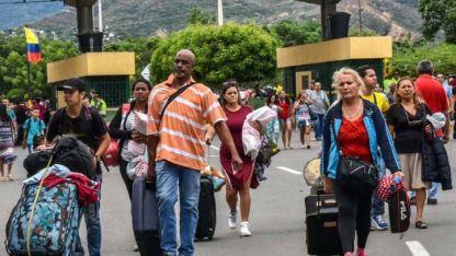 Miles de venezolanos cruzan a Colombia por el puente entre San Antonio de Táchira y Cúcuta.