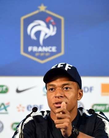 Respira Francia, Mbappé será titular en  el debut