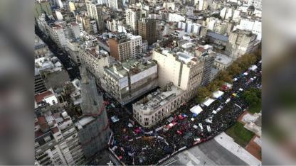 Sobre calles Rivadavia y Callao acamparon los grupos que apoyan la legalización del aborto.