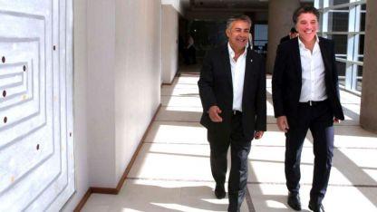 Habrá que negociar. Cornejo y Dujovne, durante un encuentro en marzo en Buenos Aires.