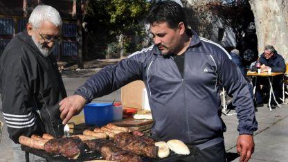 A las brasas. Ha crecido en el último tiempo la venta de comida en las calles de varios departamentos.