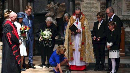 Lucy Hawking, hija del astrofísico, deposita flores en la Abadía de Westminster.