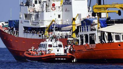 El barco Aquarius, escoltado por un guardacostas italiano. Hoy llegará a Valencia con los 630 inmigrantes a bordo.