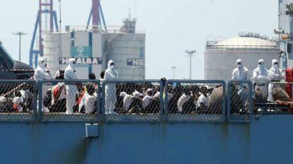 Inmigrantes sentados en la cubierta del Orione.