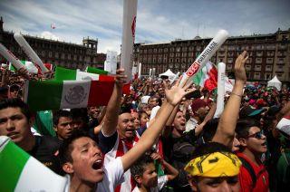 El Zócalo del Distrito Federal fue copado por miles de mexicanos.