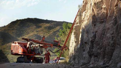 La ruta será ensanchada, trabajo que se acordó, luego de la tragedia del ómnibus que volcó allí y murieron 14 personas.