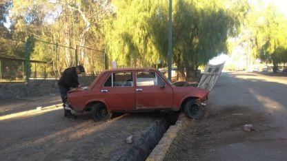 El conductor de un Fiat 128 chocó a un patrullero, perdió el control e impactó contra un cartel.