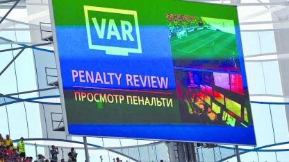 La pantalla señala una revisión de VAR durante el partido del Grupo F  entre Suecia y Corea del Sur.