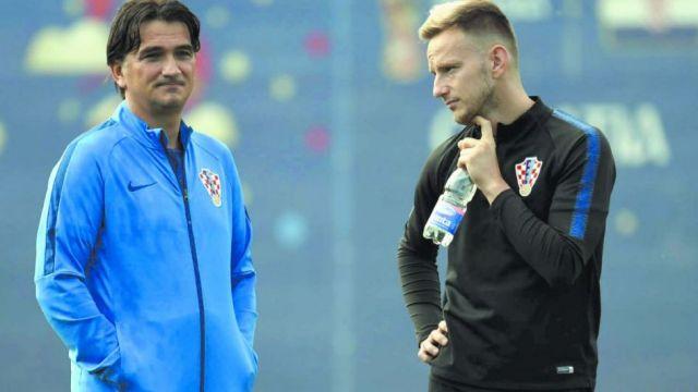 """El DT croata, Zlatko Dalic junto a Ivan Rakitic, su """"asesor"""" a la hora de pensar en cerrarle los caminos a Messi."""