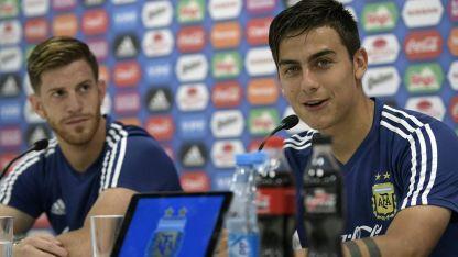 Dybala y Ansaldi estuvieron en la conferencia de prensa.