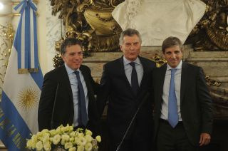 Macri, junto a Dujovne (ministro de Hacienda y Finanzas) y Caputo (presidente del Banco Central).