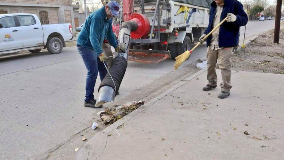 Municipales de Rivadavia fabricaron una aspiradora de hojas para limpiar las calles