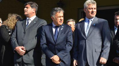 Cornejo se mostró con intendentes en el Este.