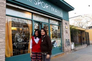 Jorgelina Zamora y su madre, Carmen Alaniz, continúan con el café que abrió el abuelo de Jorgelina en 1938.