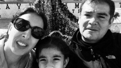 Silvia y José, con una de sus hijas. Él trabaja on line para universidades aztecas.