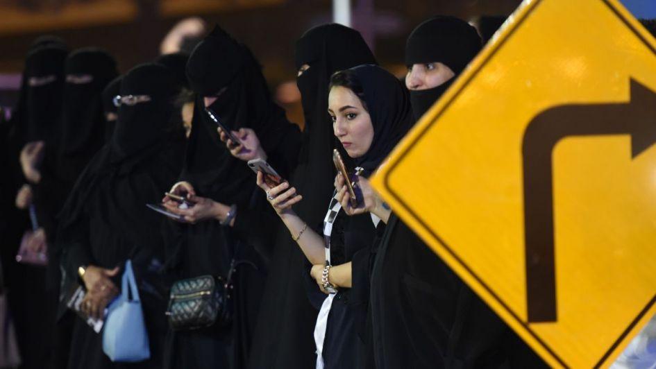 Desde este domingo las mujeres en Arabia Saudita pueden conducir — Histórico