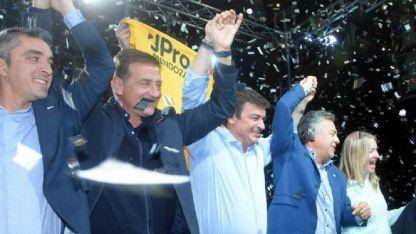 Suárez (otro candidateable), De Marchi y Cornejo, bajo una lluvia de papelitos.