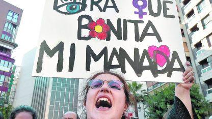 """Miles de hombres y mujeres de todas las edades gritaron en Madrid la consigna """"basta ya de justicia patriarcal""""."""