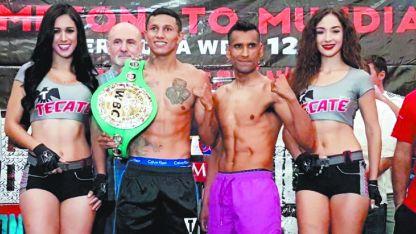 El campeón, El Alacrán Berchelt (izquierda) y Yoni Barros (derecha), luego de la ceremonia de pesaje