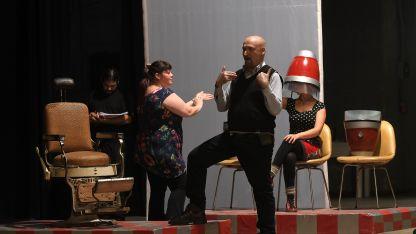 De nuevo al frente de la Filarmónica, para dirigir una célebre ópera bufa interpretada por eximios cantantes locales y porteños.