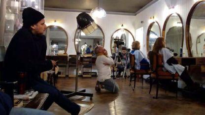 """Una de las escenas de """"La reina"""", con Pepe Monje evaluando el ensayo."""