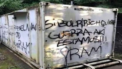 Tensión en Lago Puelo. El grupo mapuche dejó pintadas adjudicándose la autoría del atentado.