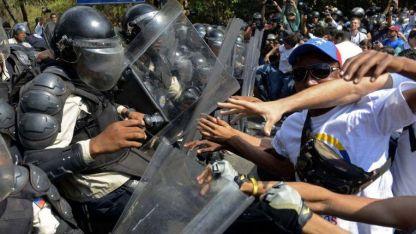 Estudiantes y trabajadores reclaman contra el gobierno y son reprimidos duramente durante una marcha en Caracas.