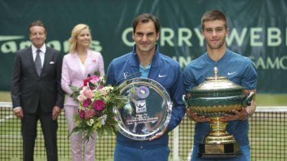 Federer y Coric en la entrega de premios.