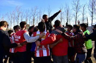 Bermegui es llevado en andas por sus jugadores.