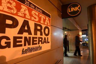 Algunos bancos y entidades financieras previeron desde el cese de actividades para hoy y anunciaron el paro con carteles en sus vidrieras.