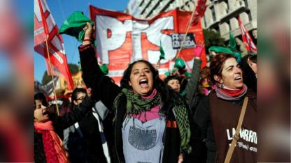 Un grupo de mujeres del movimiento socialista durante la movilización en el Obelisco.