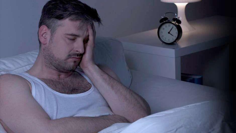 """""""Dormir poco acorta la vida"""", advierte el Nobel de Medicina Michael Young"""